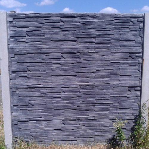 Černo-šedý betonový plot aneb fantazii se meze nekladou