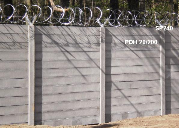 Betonový plot hladký,SP240 + ostnatý a žiletkový drát